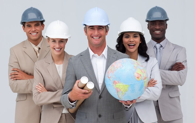 地上の地球儀を保持するエンジニアチーム
