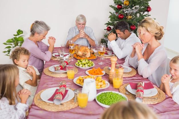 家族はクリスマスディナー前に猶予を言います
