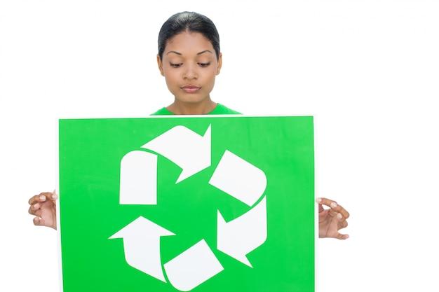 リサイクルのサインを持つコンテンツモデル