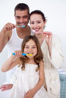 家族は浴室で歯を掃除する