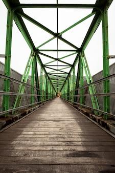 対称的な金属構造の歩道橋