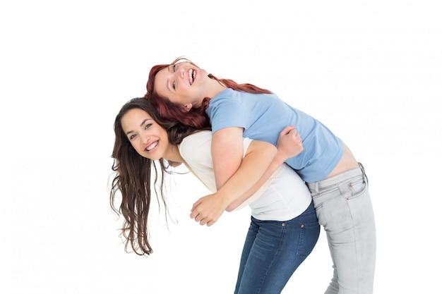 Молодая женщина с женской подругой на спине