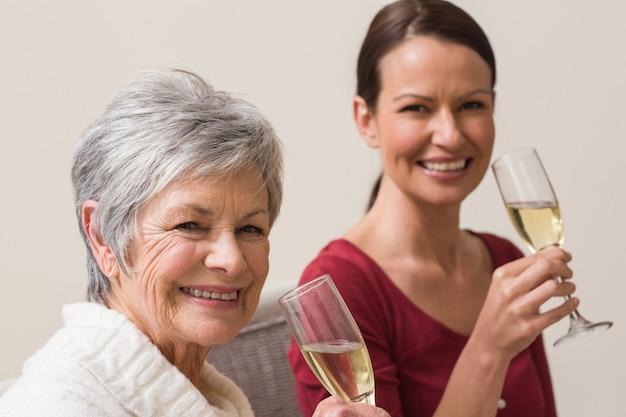 シャンパンのガラスを持っている笑顔の女性