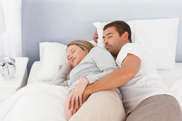 昼寝をしている将来の両親のかわいいカップル