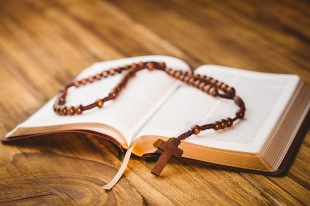 Открытая библия с четкими бусинами