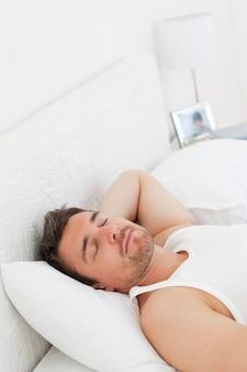 起きる前にベッドでリラックスした男