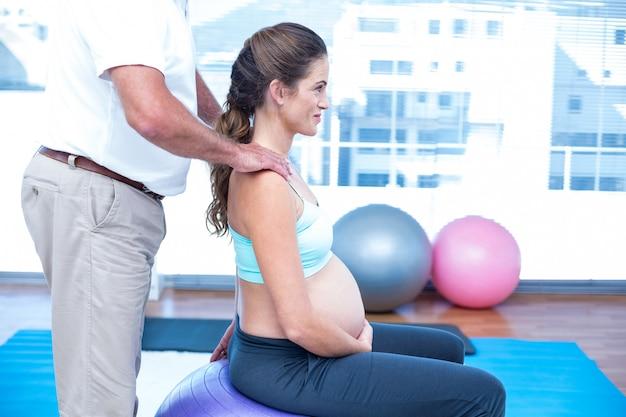 妊婦を助けるインストラクターの中央部