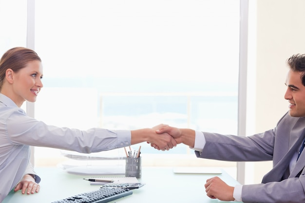 貿易相手を握手する