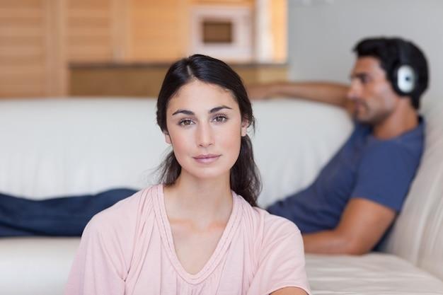 Женщина позирует, пока ее парень слушает музыку