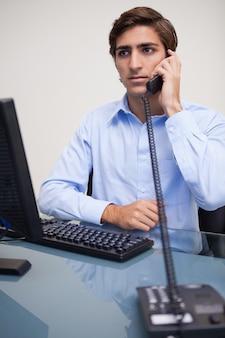 電話で深刻な探しのビジネスマン
