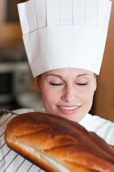 パンを焼く明るい女性シェフ