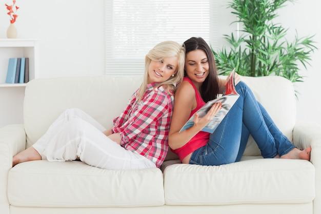Женщина показывает другу журнал