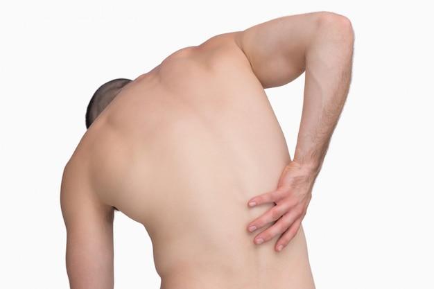 背中の痛みのあるシャツがない男の後ろ姿