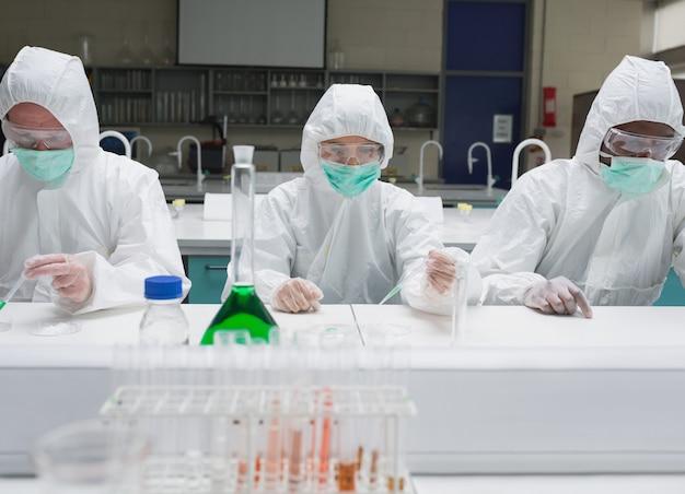 防護服で働く化学者