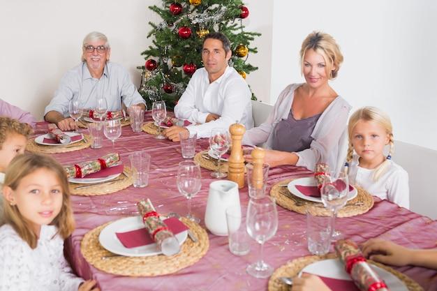 夕食のテーブルで笑顔の家族