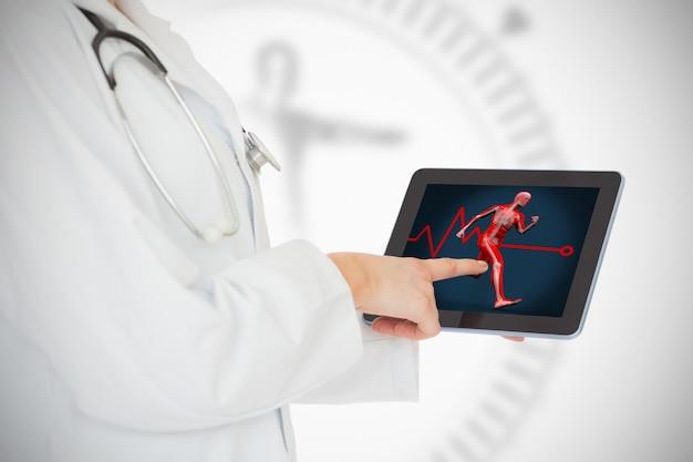 医者が身体を動かしてタブレットを見せている
