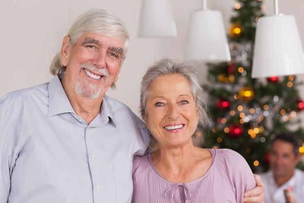 クリスマスの幸せな祖父母