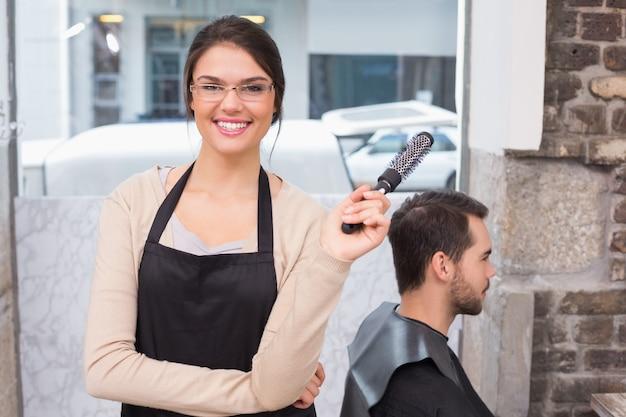 かわいいヘアスタイリスト、カメラで笑顔