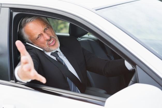 ビジネスマン、道路怒りを経験する