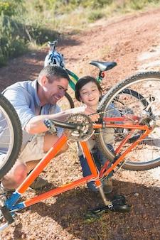 父と息子が一緒に自転車を修復する