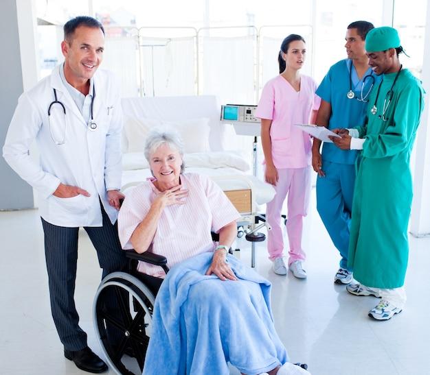 シニア女性の世話をするポジティブな医療チーム