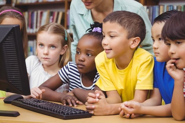 コンピュータを使った図書館の生徒と教師