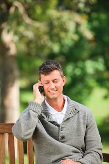 ベンチでの男の電話