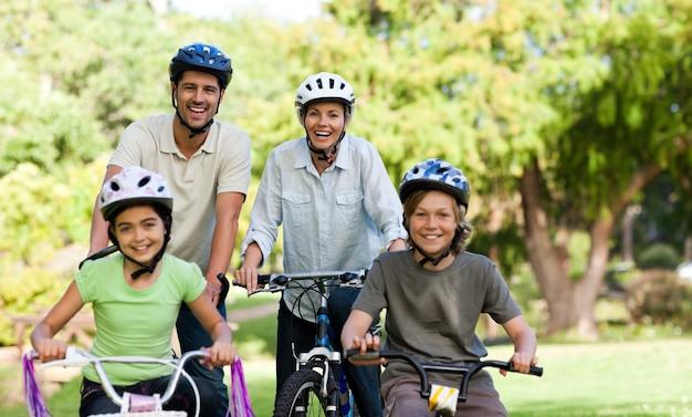 Семья со своими велосипедами