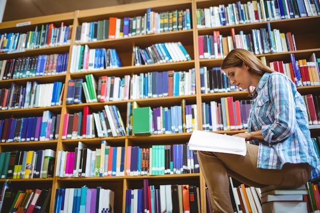 図書館の成熟した学生