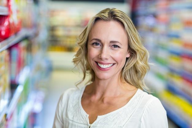 スーパーマーケットで笑顔の女性