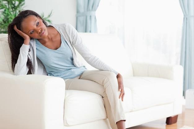 思考のソファーの女性