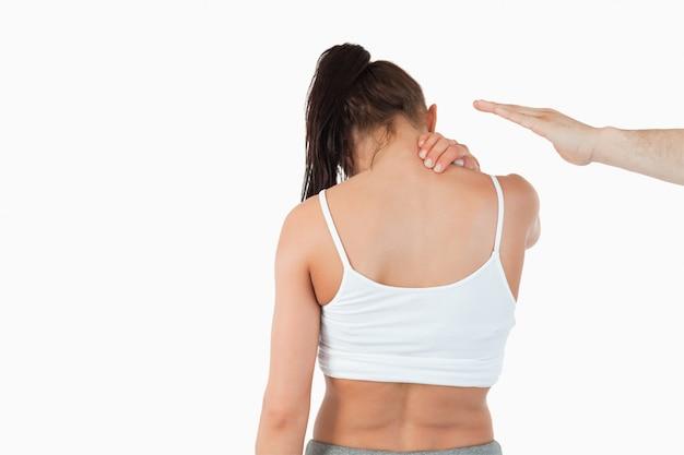 Вид сзади женщины с болью в шее