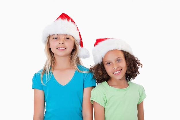 クリスマスの帽子を持つ女の子