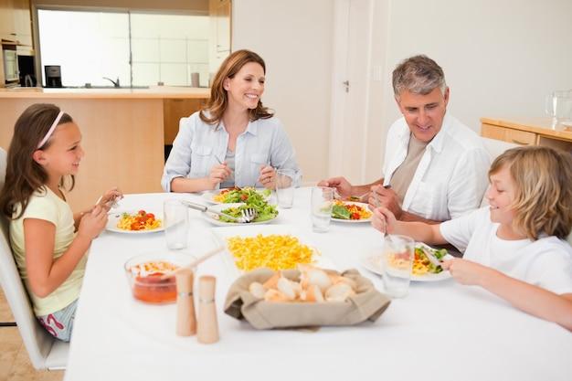 夕食中に会話をしている家族