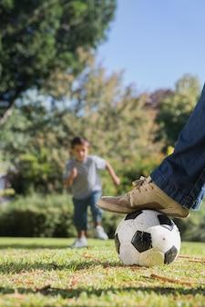 Мальчик бежит к футболу