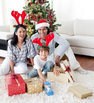 クリスマスツリーを飾る家族
