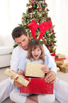 彼女の父親と一緒に贈り物を開いて驚いた