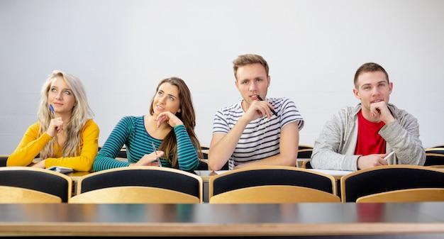 教室で思慮深い笑顔の大学生