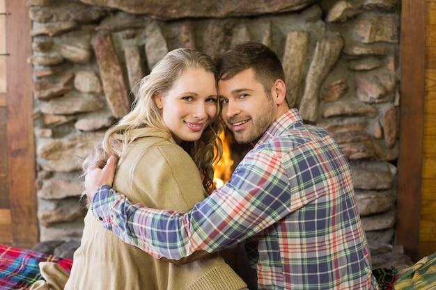 Романтическая молодая пара перед освещенным камином