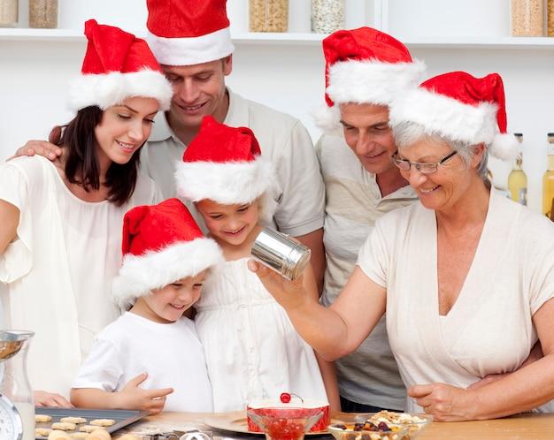 クリスマスケーキを焼く幸せな家族