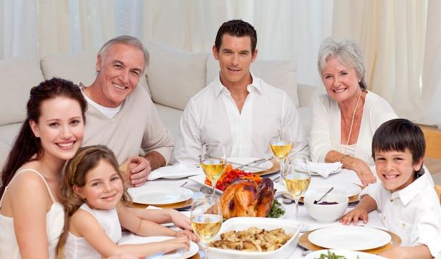 家庭で一緒に夕食を食べる家族