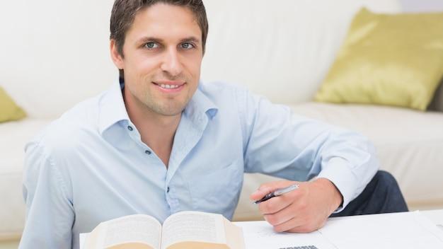 家庭でペンと本を持つ男の肖像