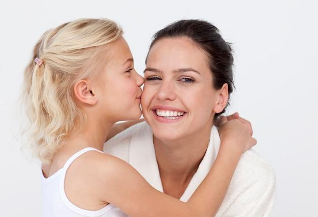 Дочь целует мать в ванной