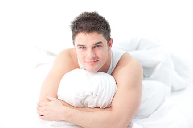 ベッドに横たわっている男は起きている