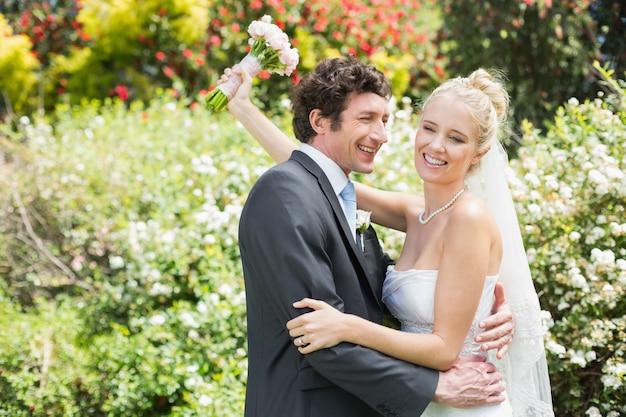 お互いを包むロマンチックな幸せな新婚者