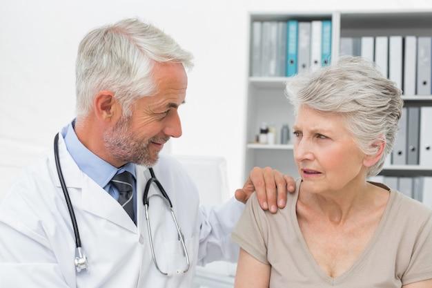医者を訪れる女性の高齢者の患者