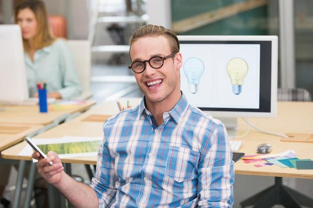 オフィスで男性写真編集者を笑顔にする