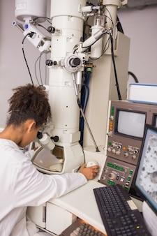 大型顕微鏡とコンピュータを使用する生化学の学生