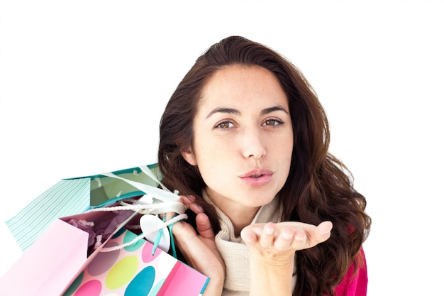 Женщина, держащая сумочки и бросающая поцелуй на экран