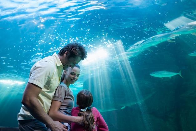 タンクを見ている幸せな家族